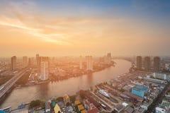 Na zonsondergang over gebogen de stadsrivier van Bangkok Royalty-vrije Stock Afbeelding