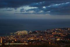 Na zonsondergangpanorama aan Funchal met de Atlantische Oceaan en cruiseschip, Madera stock fotografie