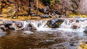 Na zware regenval, water die van Oak Creek de weg overstromen die Oak Creek kruisen bij Boomgaardcanion tussen Sedona en Vlaggema stock fotografie