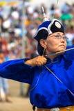 Naadam节日女性射箭蓝色拉扯的弓 免版税图库摄影