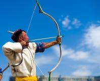 Naadam节日拉扯弓弦目标的射箭人 免版税图库摄影