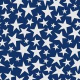 Naadloos abstract patroon met grote witte hand getrokken sterren op donkerblauwe achtergrond sjofel Stock Foto