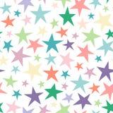 Naadloos abstract patroon met heldere kleurrijke hand getrokken sjofele sterren van verschillende grootte op wit Stock Fotografie
