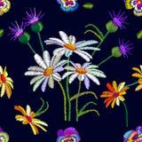 Naadloos bloemenpatroon met geborduurd pansies en kamilles Stock Afbeeldingen