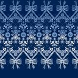Naadloos de versieringspatroon van het kantlint met boog op blauwe achtergrond Royalty-vrije Stock Foto