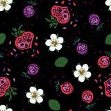 Naadloos die patroon van aardbeien en flowewrs in het doodling van stijl op de zwarte achtergrond wordt gemaakt vector illustratie