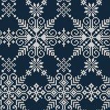 Naadloos gebreid patroon van witte sneeuwvlokken op een blauwe backgroun Stock Foto