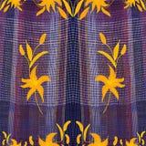 Naadloos grunge gestreept, geruit, golvend kleurrijk patroon met abstracte gouden lelies Stock Afbeelding