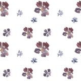 Naadloos hand getrokken los waterverf bloemenpatroon met blauwe en purpere bloemen royalty-vrije illustratie