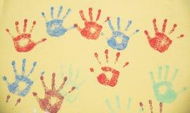 Naadloos het herhalen patroon van handprints Stock Afbeeldingen