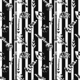 Naadloos patroon met abstracte strepen, bloemen, installaties in zwart-witte kleuren Royalty-vrije Stock Foto's