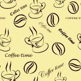 """Naadloos patroon met beelden van een kop koffie, koffiebonen en inschrijvingen """"Koffietijd"""" in bruin Stock Afbeelding"""