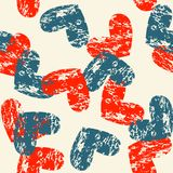 Naadloos patroon met blauwe en rode grungeharten op een lichte beige achtergrond Stock Fotografie