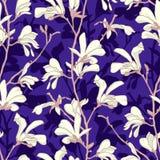 Naadloos patroon met de bloesem van de magnoliaboom Purpere bloemenachtergrond met tak en witte magnoliabloem De lente royalty-vrije stock afbeelding