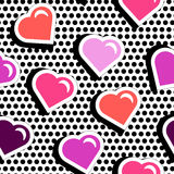 Naadloos patroon met de kleurrijke harten van de kentekenvorm op zwarte gespikkelde achtergrond Stock Afbeeldingen