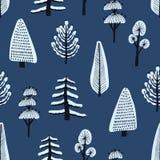 Naadloos patroon met diverse hand getrokken die de winterbomen door sneeuw op blauwe achtergrond worden behandeld Achtergrond met vector illustratie