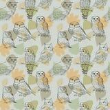 Naadloos patroon met geschilderde uilen op een achtergrond van bladeren Stock Afbeelding