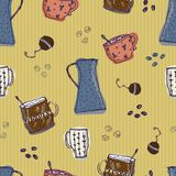 Naadloos patroon met hand-drawn van de krabbelkoffie en thee elementen op gele achtergrond Stock Afbeeldingen