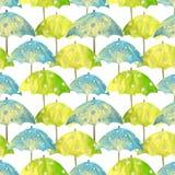 Naadloos patroon met hand getrokken blauwe en groene paraplu's met witte cirkels op witte achtergrond Stock Afbeelding