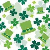 Naadloos patroon met klavers en Ierse hoeden Stock Afbeeldingen