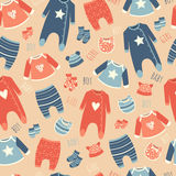 Naadloos patroon met kleren voor babys Stock Foto's
