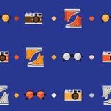 Naadloos patroon met kleurentennisschoenen, rond gevormde glazen en retro photocamera Vector naadloos ontwerp dat met cirkels wor Royalty-vrije Stock Afbeelding