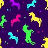 Naadloos patroon met kleurrijke silhoueteenhoorns op purpere achtergrond Vector illustratie stock illustratie