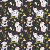 Naadloos patroon met koeien van het waterverf de leuke beeldverhaal, lieveheersbeestjes en eenvoudige bloemen stock illustratie