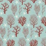 Naadloos patroon met koralen en zeesterren op een blauwe achtergrond Stock Foto