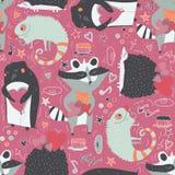 Naadloos patroon met leuke die dieren zoals wasbeer, leguaan en egel en pinguïn met harten, met krabbelster worden verfraaid Stock Foto