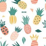 Naadloos patroon met leuke krabbelananassen royalty-vrije illustratie