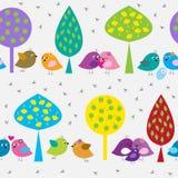 Naadloos patroon met leuke vogels in het bos Stock Afbeeldingen