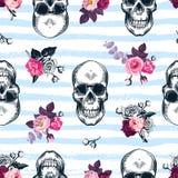Naadloos patroon met menselijke schedels en semi-gekleurde bossen van rozen in etsstijl en blauwe horizontale verfsporen op backg Stock Foto