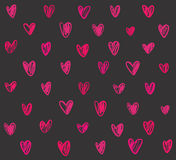 Naadloos patroon met roze hand getrokken harten op donkere grijze backgr Stock Afbeelding