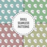 Naadloos patroon met schedels op blauwe, groene, rode en gele achtergronden Royalty-vrije Stock Afbeelding