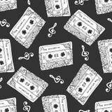 Naadloos patroon met uitstekende cassettes Zwart-witte muziekdruk Krabbel muzikale textuur Stock Afbeeldingen