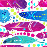 Naadloos patroon met veren in etnische stijl, helder behang Stock Foto