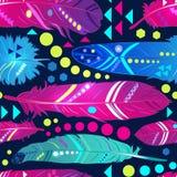 Naadloos patroon met veren in etnische stijl, helder behang Stock Foto's