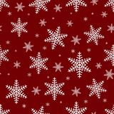 Naadloos patroon met witte sneeuwvlokken op een rode achtergrond Vrolijk Kerstmis naadloos patroon, vector royalty-vrije illustratie