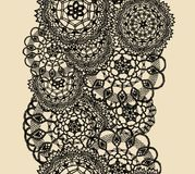 Naadloos patroon van gebreid kant, zwart silhouet op beige achtergrond vector illustratie