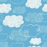 Naadloos patroon van hand getrokken krabbelwolken Stock Foto