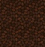Naadloos patroon van korrels van koffie op een donkere bruine achtergrond Stock Afbeeldingen