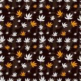 Naadloos patroon van marihuanablad op een bruin Royalty-vrije Stock Foto's