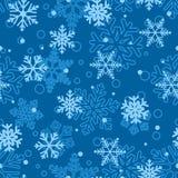 Naadloos patroon van sneeuwvlokken, lichtblauw op blauw Royalty-vrije Stock Afbeelding