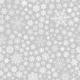 Naadloos patroon van sneeuwvlokken, wit op grijs Stock Foto