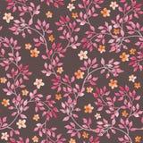 Naadloos uitstekend patroon - hand geschilderde bladeren en ditsy roze bloem Aquarelle ontwerp op donkere bruine achtergrond royalty-vrije illustratie