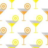 Naadloos vectorpatroon met coctails en sinaasappel, citroenenplakken op de witte achtergrond Stock Afbeeldingen