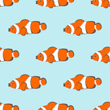 Naadloos vectorpatroon met oranje vissen op de blauwe achtergrond Stock Fotografie