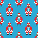 Naadloze achtergrond, bannernieuwjaar of Kerstmis Afrika Amerikaanse Santa Claus met glazen en baard, die een gift houden Stock Afbeelding