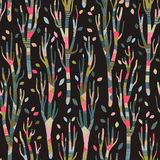 Naadloze achtergrond met gestileerde bomen Bos helder patroon comfortabele lapwerkbomen, de herfst, donkere achtergrond stock foto's